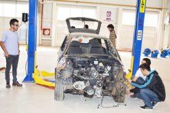 Alumnos de la UPrO reparan gratuitamente los autos de los vecinos de seis barrios