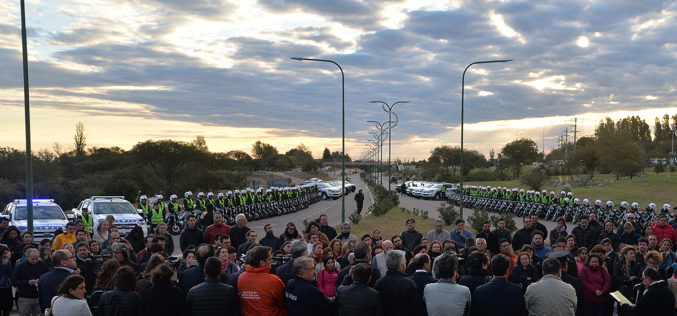 Para reforzar la seguridad: el gobernador entregó motos y camionetas a la Policía